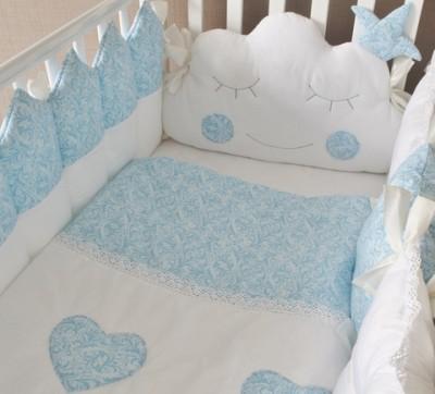 Комплект в кроватку Сказочные сны, голубой, 5 предметов: подушка, наволочка, простынь на резинке, одеяло простеганное, бортики-подушки.